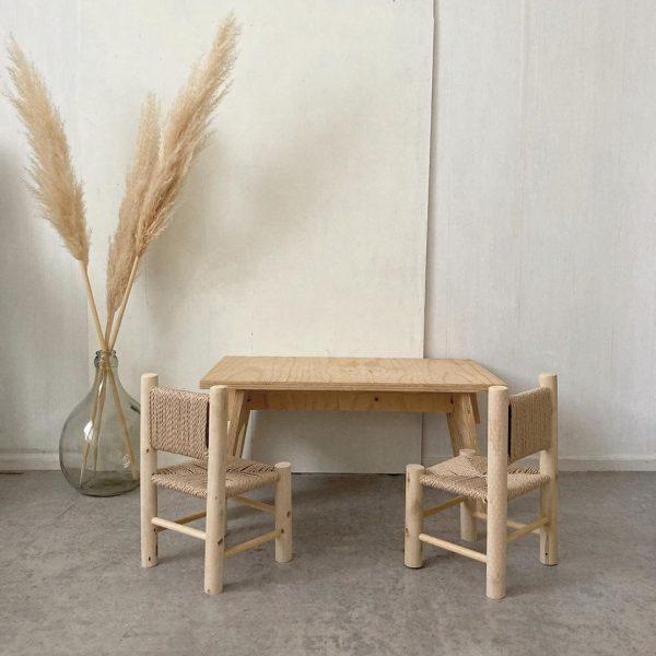 DIYで作られたテーブル&チェア