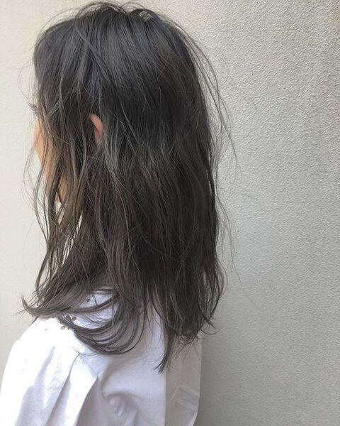 シアーな髪色のミディアムヘア