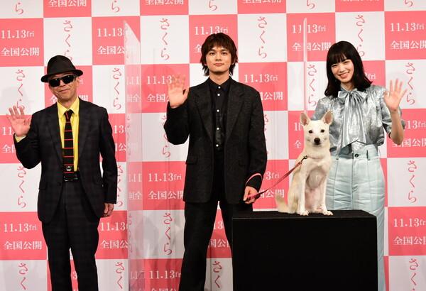 左から、矢崎仁司監督、北村匠海、犬のちえ、小松菜奈