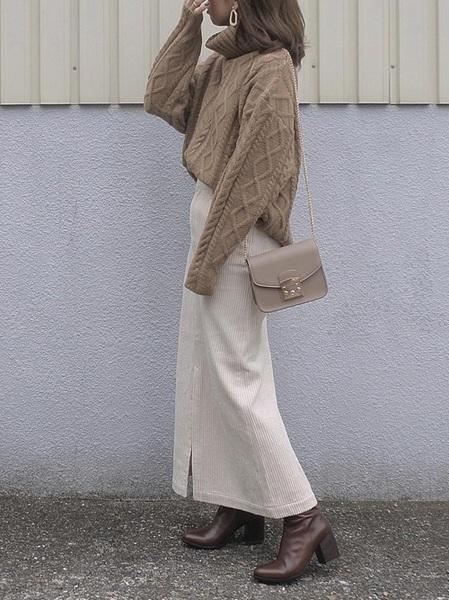 ベージュニット×白タイトスカートの冬コーデ
