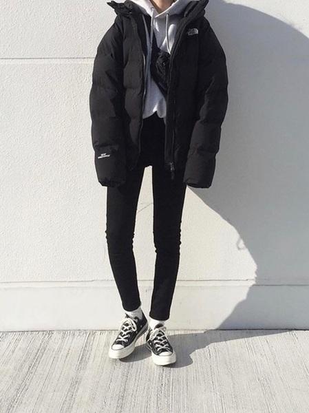 黒ダウンコート×黒スキニーの冬コーデ