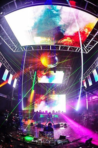 巨大なミラーホールが輝くライブ会場は宇宙空間のよう Photo by Keiko Tanabe