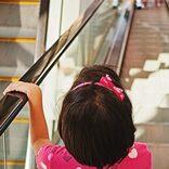 幼い姉が下りエスカレーターでベビーカーを押し… 親の姿なく転落して重傷