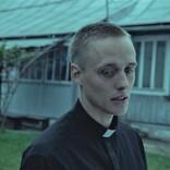 元犯罪者が司祭になりすます 実話から生まれた衝撃作『聖なる犯罪者』予告