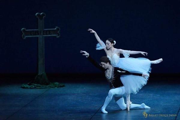 『ジゼル』第2幕よりパ・ド・ドゥ A.エルフィンストンと (C)BALLET OFFICE JAPAN