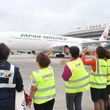 那覇空港、就航8社が合同で出発便見送り 利用客に感謝表す