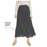 黒スカートが必要とするのは「ゆれ」と「透け」|最旬黒スカート着まわし5選