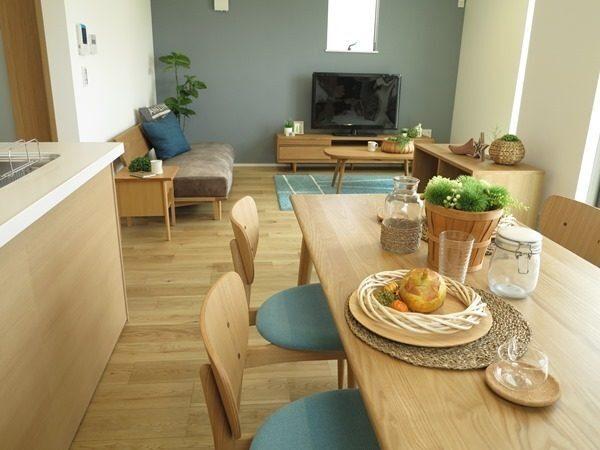 キッチンとテーブルを平行に配置した横長LDK