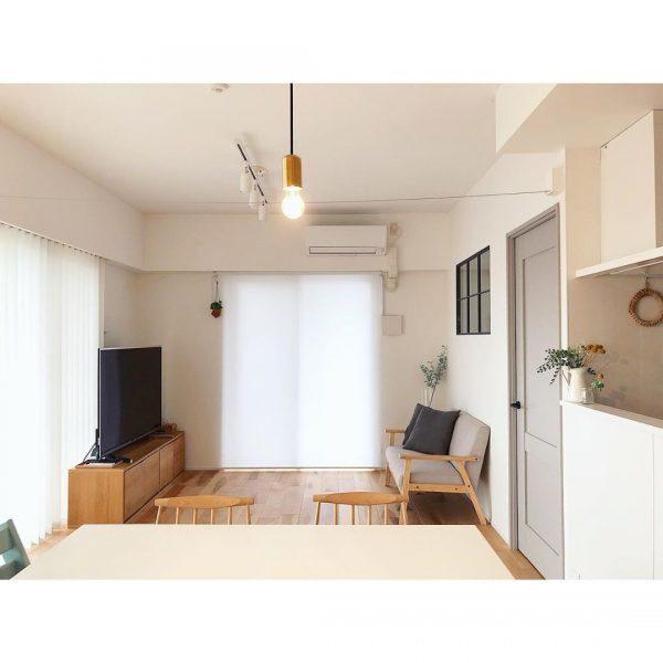 家具配置にコツが必要な窓の多い横長リビング