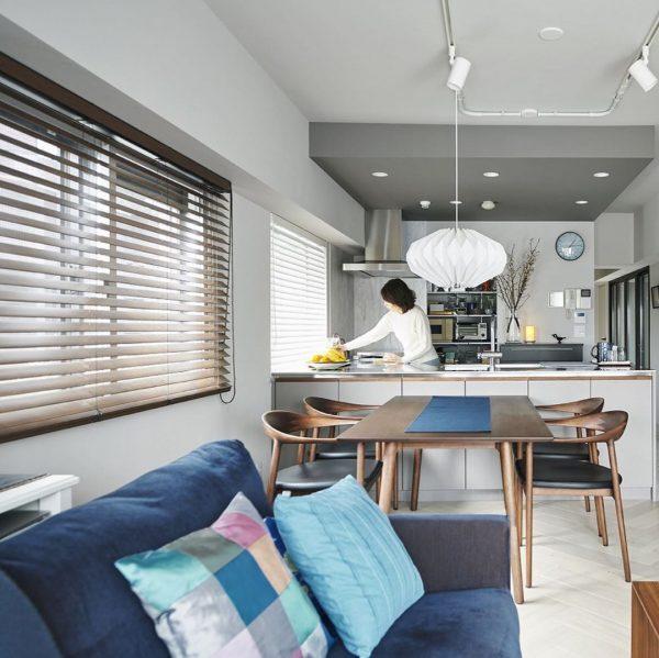 家具配置アイデア満載な腰高窓の横長リビング