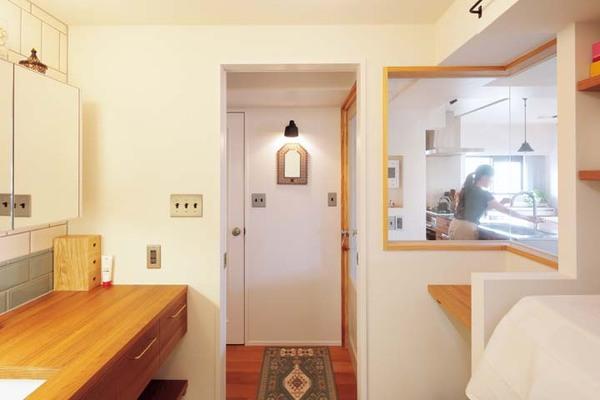 室内窓のある洗面室の入り口