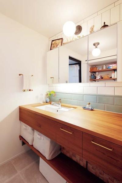 木製カウンターのある洗面室