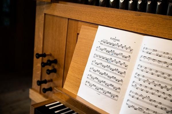 『フーガの技法』は4声(4つの旋律)、『ファンタジア』は5声の楽曲。トリオ時代はアコーディオンが2つの声を担当していたが、ビオラの加入でピースがそろった。
