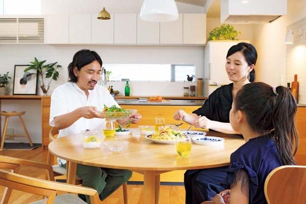 家族で食事をしているシーン