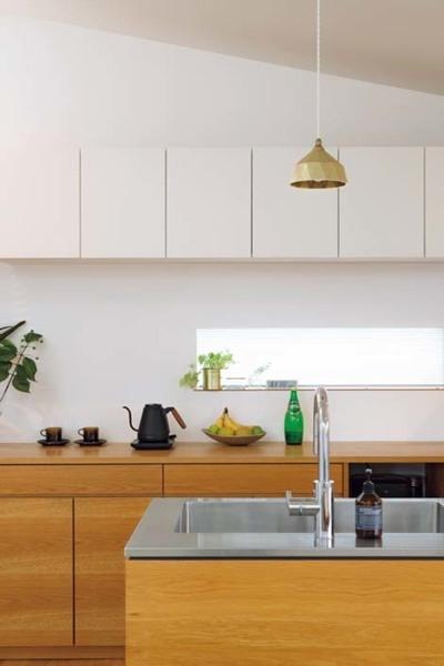 ナラ材使用したキッチンと背面の収納