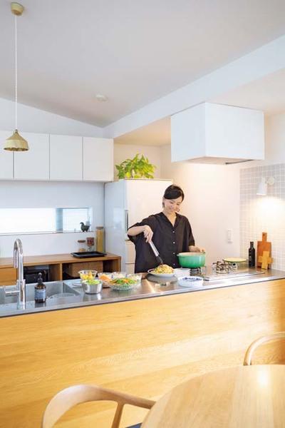 広い天板でゆったり調理できるキッチン