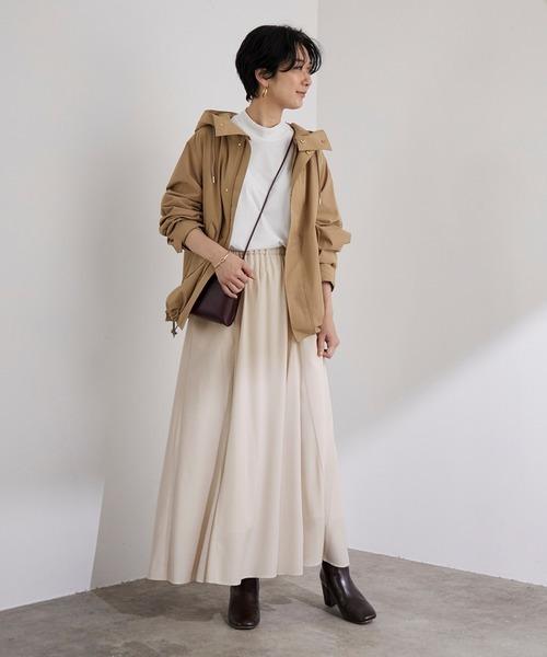 マウンテンパーカー×パネルフレア白スカート