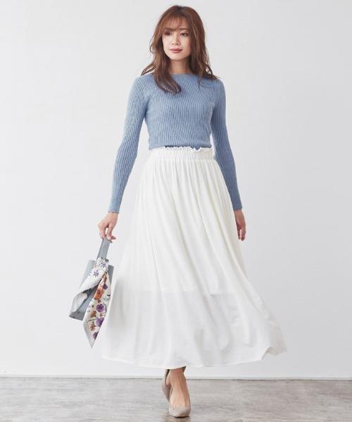 リブトップス×フリルギャザー白スカート