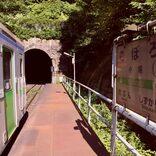 """海と山に囲まれた日本一の秘境駅。住民はホームレスの""""仙人""""一人だけ"""