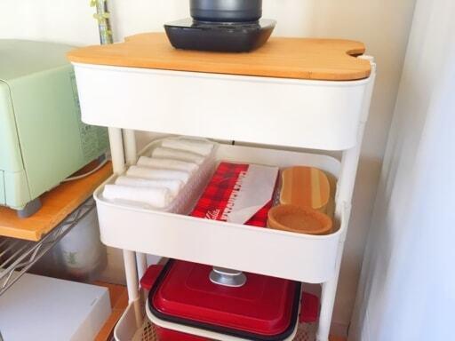 空いたスペースにキッチンペーパーを収納したワゴン