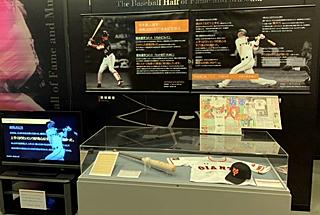 記録達成時のバットとボール、坂本選手のサインなどが特別展示されている