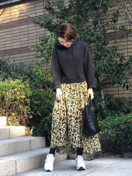 ユニクロパーカー×黄色花柄スカート