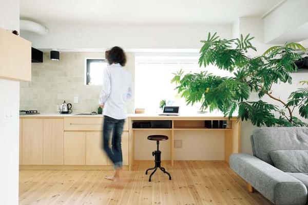 書斎コーナーも組み込まれたキッチンカウンター