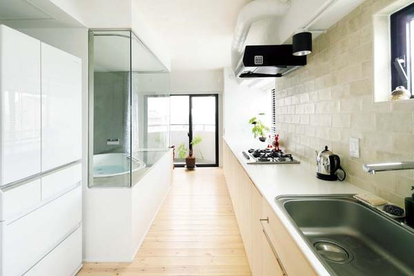壁際の5メートルのカウンターとガラス張りの浴室