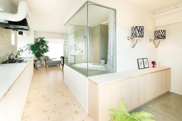 玄関を入ってすぐに設けたガラス張りの浴室
