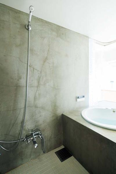 モルタルとタイルで仕上げた浴室