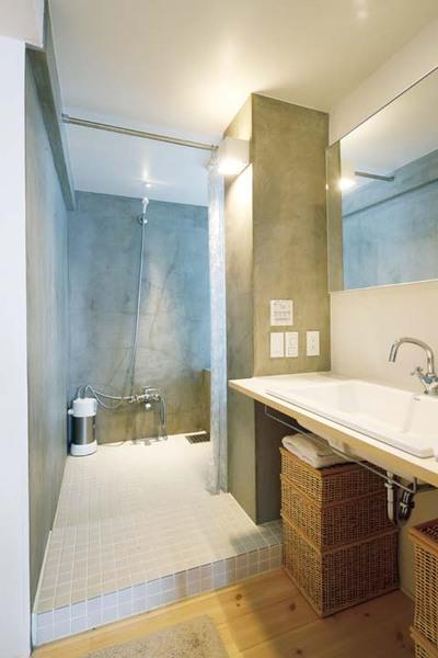 水回りスペースの入り口にシンプルな洗面台を