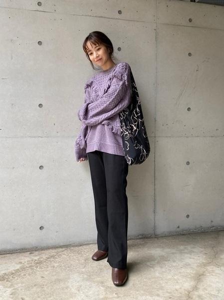 紫フリンジニット×黒フレアパンツの冬コーデ