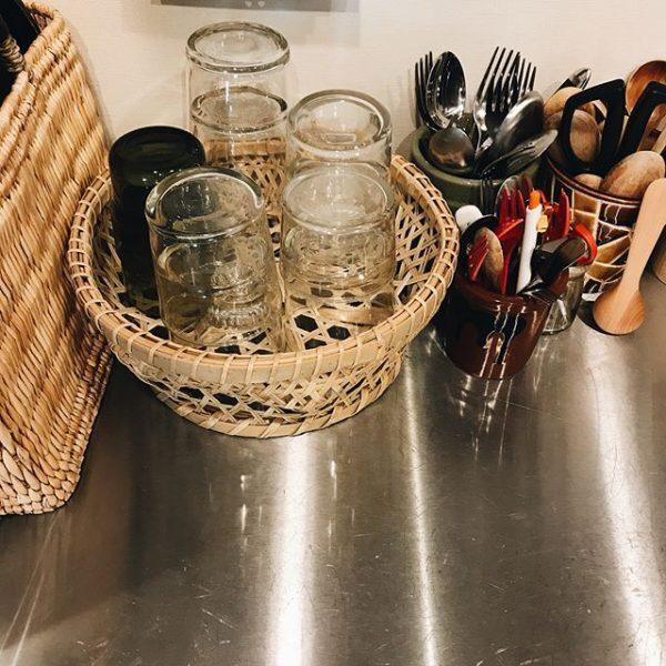 コップやグラスをかごに収納するアイデア