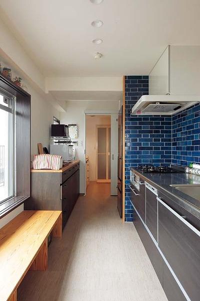 キッチンは青いタイルでレトロな雰囲気に