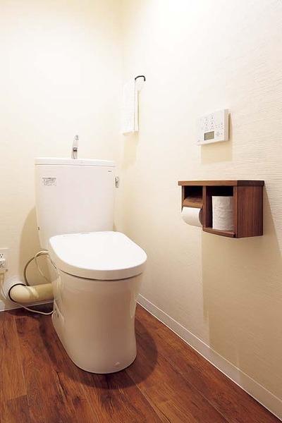 トイレは木製のペーパーホルダーや木目調のフロアタイルでウッディな雰囲気に