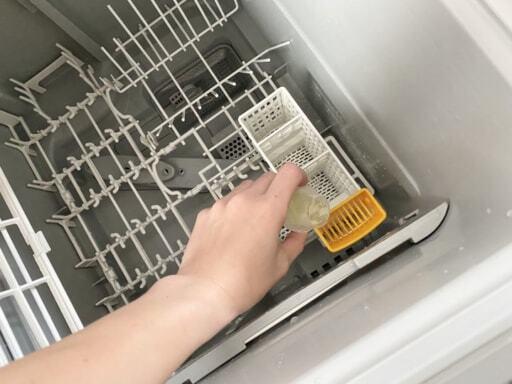 洗剤を使って食洗機のお手入れをする