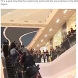 買い物客ら集まりエスカレーターを逆に動かす 挟まれた2歳児が無事救出(露)