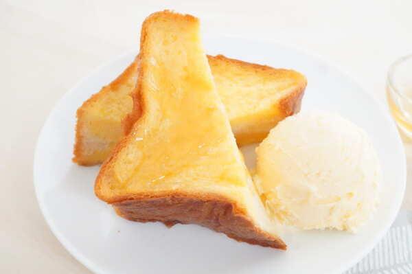 アイスとハチミツを添えたフレンチトースト