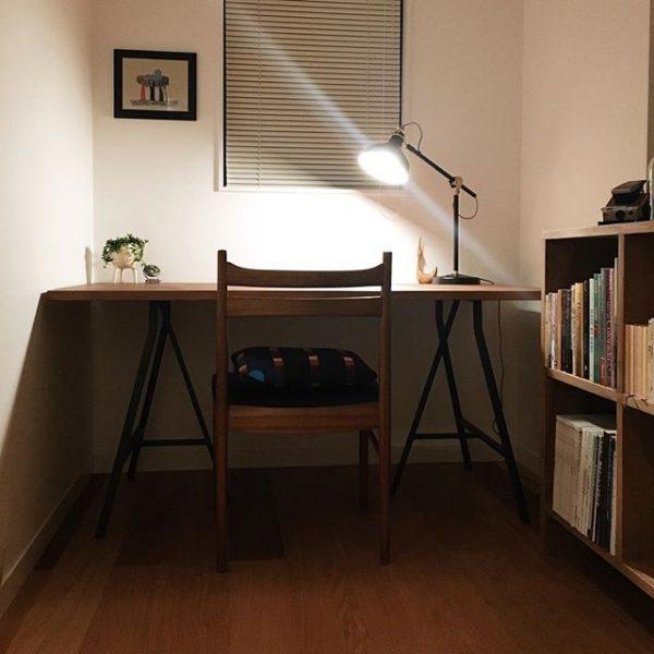 机の背後に本棚をレイアウトした勉強部屋
