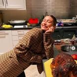 ヘイリー・ビーバー、初挑戦した七面鳥料理の仕上がりに大満足!