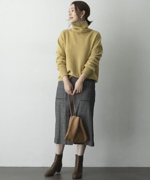 タートルネックニット×タイトスカート