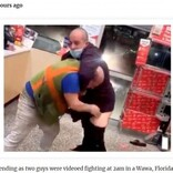 深夜のコンビニで男性客2人が珍乱闘 店側「もう二度と来ないでくれ」(米)<動画あり>