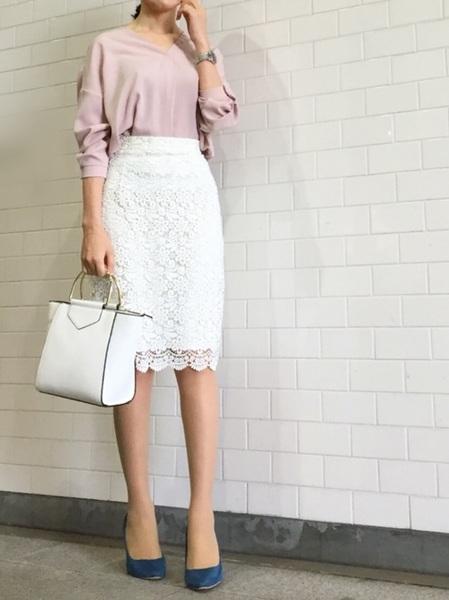 ピンクブラウス×ユニクロ白レーススカート