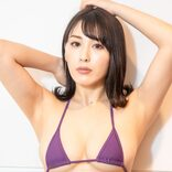 金子智美、ハイレグ+ハイヒールの開脚ショットに「その衣装刺さる」「色っぽくて最高」