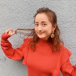 小松彩夏、赤いニット&髪の毛フワフワ巻きショット公開