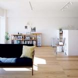 床と壁の素材にこだわりLDKをリノベ。廊下を通ることすら楽しい仕掛けも