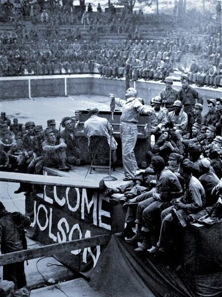1950年9月、慰問で訪れた韓国で歌うジョルスン。これが生涯最後の公演となった。