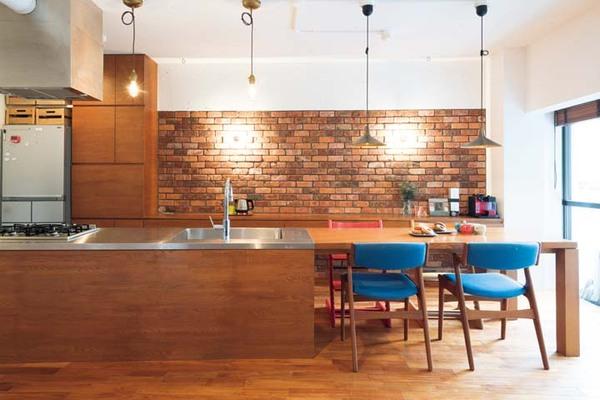 壁にアンティークレンガを取り入れたダイニングキッチン