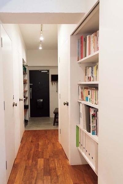 廊下の引き戸を開けると出現する本棚