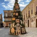 「完璧だ」 クリスマスツリーに住み着いた『住人』に町の人たちが大喜び